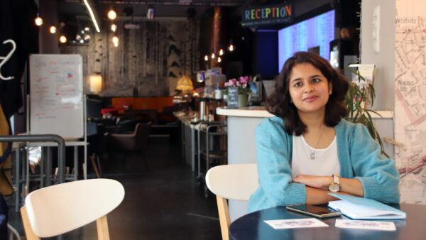 Fatema im Co-Working-Café Interlokal