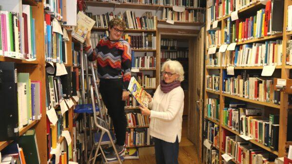 Madeleine Weis und Sabine Richter in der Bibliothek des Hatikva beim Aussuchen der Kinderbücher für die Ausstellung.