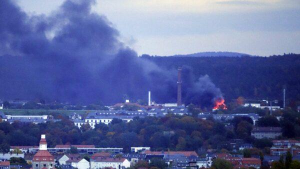 Großbrand im Industriegelände - Foto: Roland Halkasch